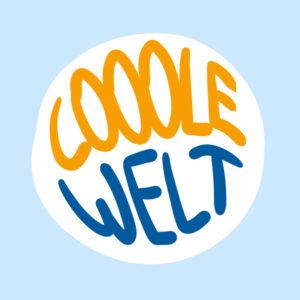 Eine hellblaue Kachel, darauf mittig eine runde große weiße Fläche. Darin handschriftlich in Großbuchstaben in der oberen Hälfte in orange COOOLE, in der unteren Hälfte WELT.